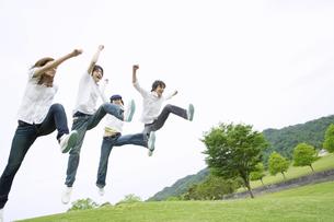 丘でジャンプする若者達の素材 [FYI01143552]