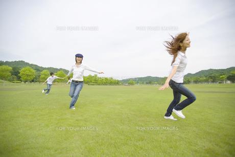 草原を走り回る若者達の素材 [FYI01143557]
