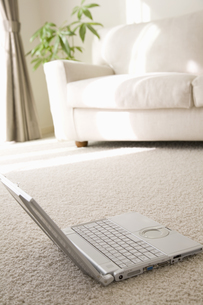 パソコンとソファの素材 [FYI01143576]
