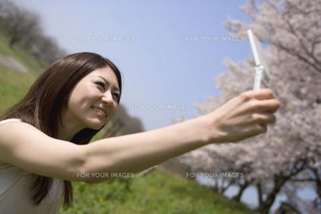 携帯で自分の写真を撮る女性の素材 [FYI01143583]