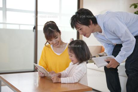 パソコンを見る父と母と娘の素材 [FYI01143588]