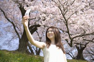 携帯で自分の写真を撮る女性の素材 [FYI01143599]