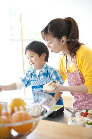 お弁当を作る母と息子の素材 [FYI01143608]