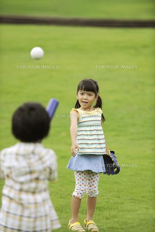 草原で野球をする兄妹の素材 [FYI01143614]