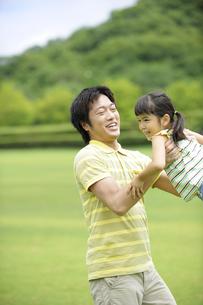 草原で遊ぶ親子の素材 [FYI01143615]