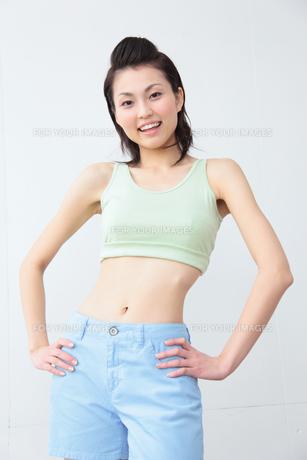 腰に手を置く女性の素材 [FYI01143627]
