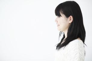20代女性の横顔の素材 [FYI01143633]