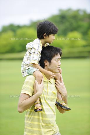 草原で肩車をする親子の素材 [FYI01143634]