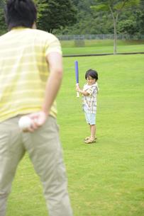 草原で野球をする親子の素材 [FYI01143636]