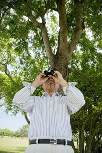 双眼鏡を覗くシニア男性の素材 [FYI01143641]