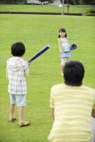 草原で野球をする親子の素材 [FYI01143646]