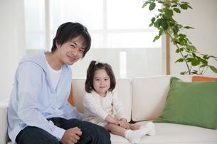 ソファに座る父と娘の素材 [FYI01143652]