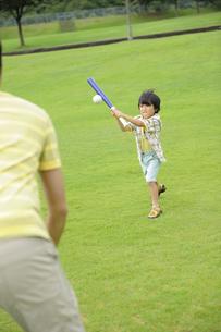 草原で野球をする親子の素材 [FYI01143664]
