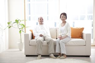 ソファに座るシニアカップルの素材 [FYI01143671]
