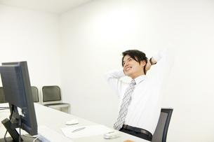 休憩をするビジネスマンの素材 [FYI01143676]