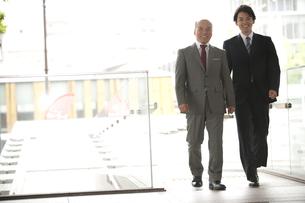 2人で歩く上司と部下の素材 [FYI01143688]