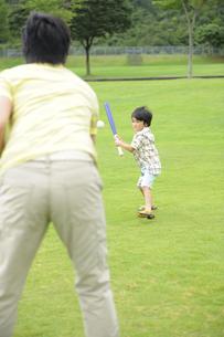 草原で野球をする親子の素材 [FYI01143759]