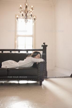 ソファにうつ伏せで寝る女性の素材 [FYI01143761]