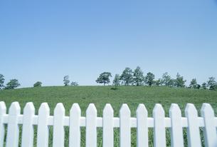白いフェンスと高原の素材 [FYI01143762]