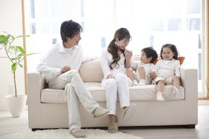 ソファに座る家族の素材 [FYI01143789]