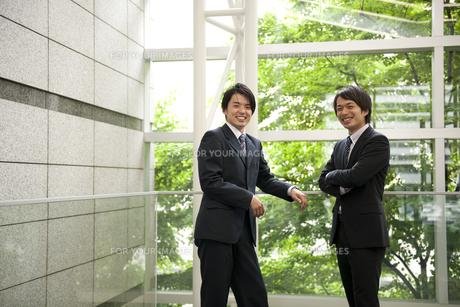 笑顔のビジネスマン2人の素材 [FYI01143791]