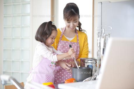 料理をする母と娘の素材 [FYI01143835]