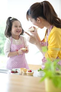 お菓子を作る母と娘の素材 [FYI01143843]