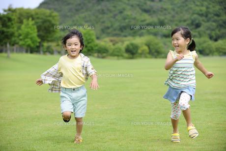 草原を走る子供達の素材 [FYI01143847]
