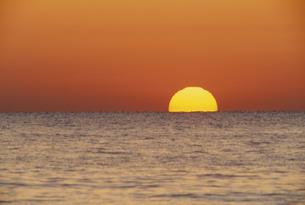 夕日と海の素材 [FYI01143949]