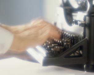タイプライターと手の素材 [FYI01143991]