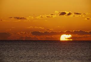 夕日と海の素材 [FYI01143992]