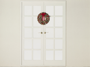 白い窓に飾られたクリスマスリースの素材 [FYI01144017]