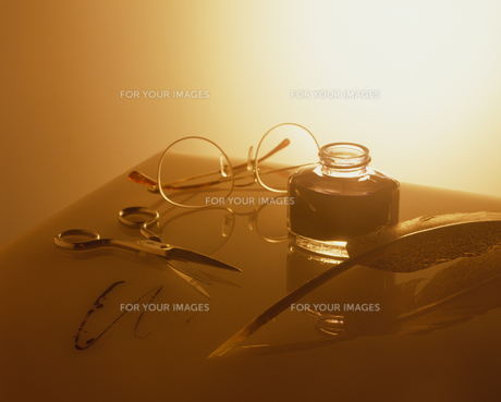 ハサミとメガネと羽根ペンの素材 [FYI01144023]