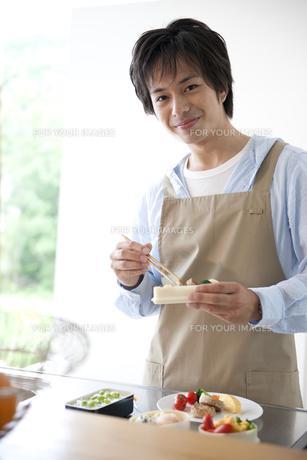 お弁当を作る男性の素材 [FYI01144035]
