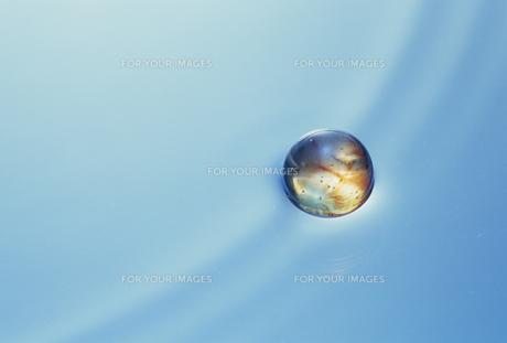 水面の球の素材 [FYI01144102]