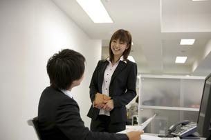 オフィスで仕事をするビジネスマンとOLの素材 [FYI01144186]