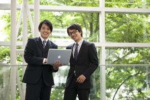 ノートパソコンを見るビジネスマン2人の素材 [FYI01144207]