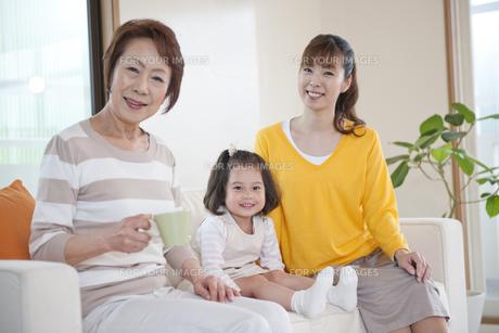 ソファに座る女性3世代親子の素材 [FYI01144308]