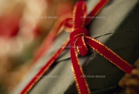 赤いリボンのギフトラッピングの素材 [FYI01144309]