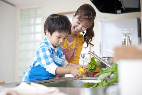 料理をする母と息子の素材 [FYI01144372]