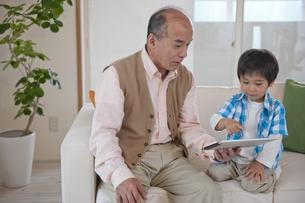 ソファに座るおじいちゃんと男の子の素材 [FYI01144377]