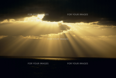 光芒と海の素材 [FYI01144633]