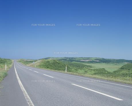 道路と青空の素材 [FYI01144635]