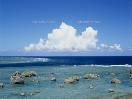 海と岩と雲の素材 [FYI01144772]