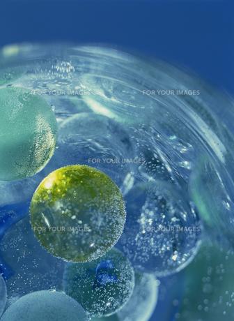 グラスに入った球体のクリスタルの素材 [FYI01145111]