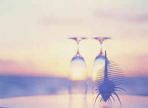 テーブルの2個のグラスと夕景の素材 [FYI01145288]