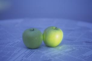 英字新聞と2つの青リンゴの素材 [FYI01145322]