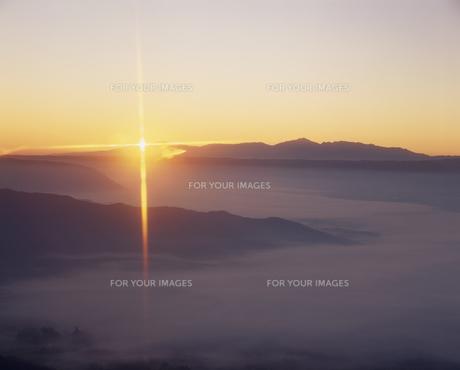 阿蘇谷の雲海と太陽の素材 [FYI01145530]