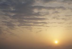 雲と夕日の素材 [FYI01145538]
