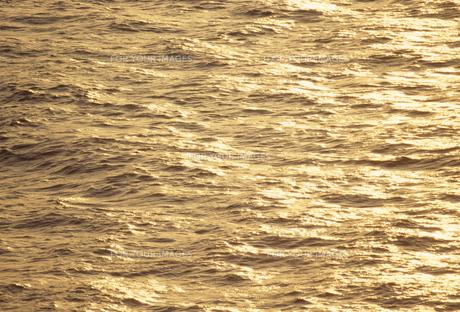 夕日に光る湖面の素材 [FYI01145576]